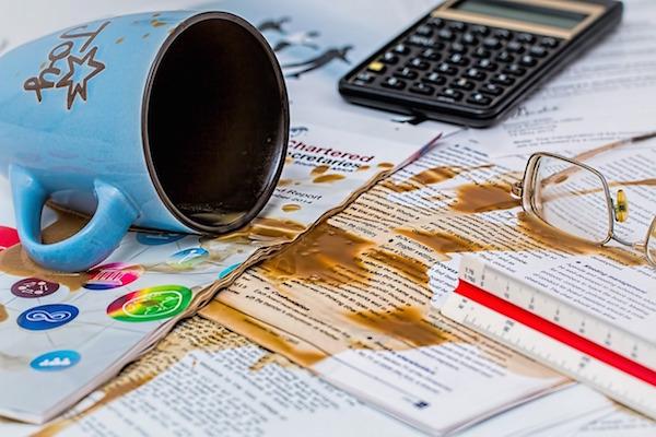 仕事場でコップのカフェオレをこぼしちゃった